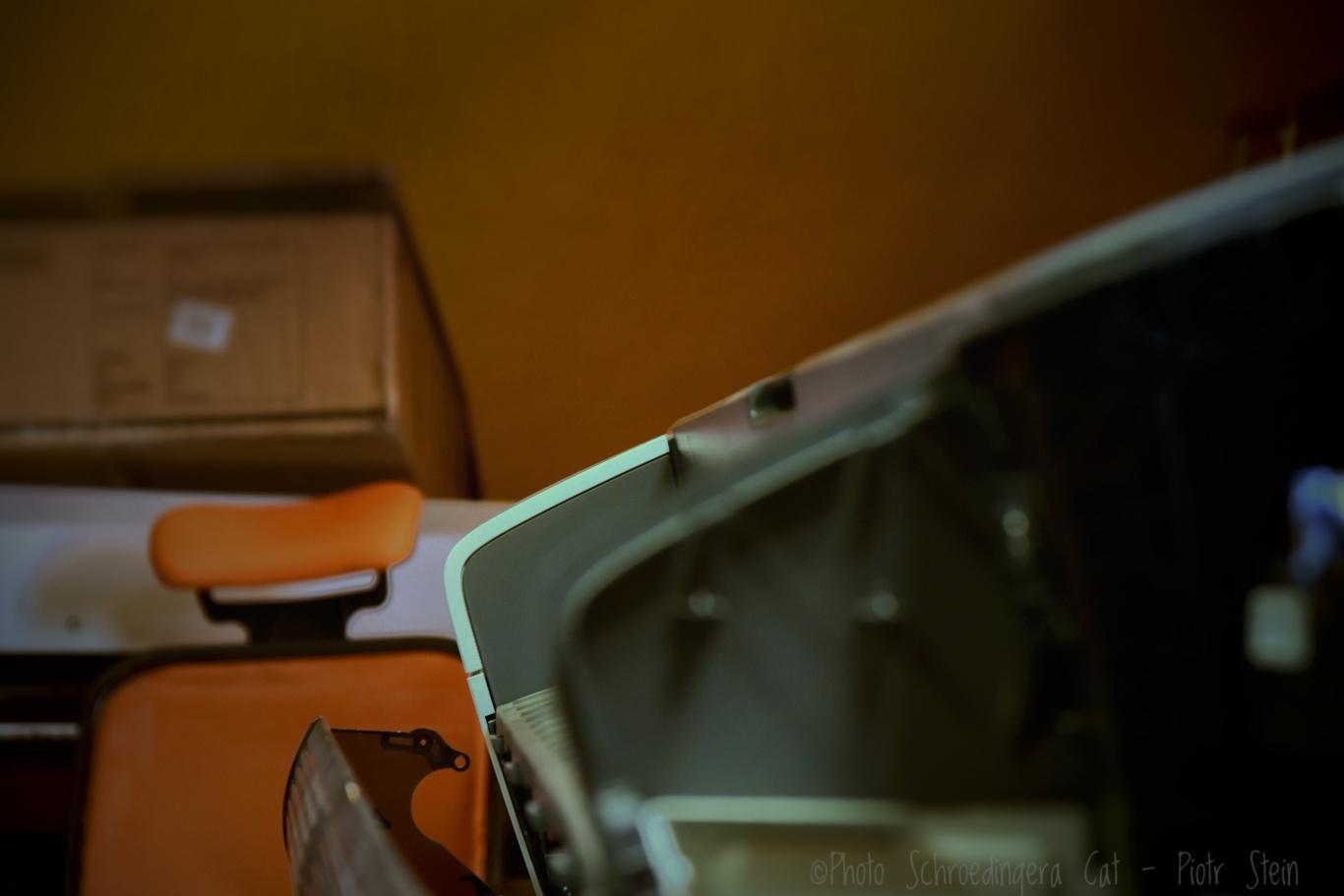Techniczna obsługa i naprawa ploterów. © Zdjęcie za zgodą Akte.com.pl i autora @PhotoSchroedingerCat